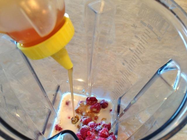Raspberry Almond Breakfast Smoothie 023 (640x480)
