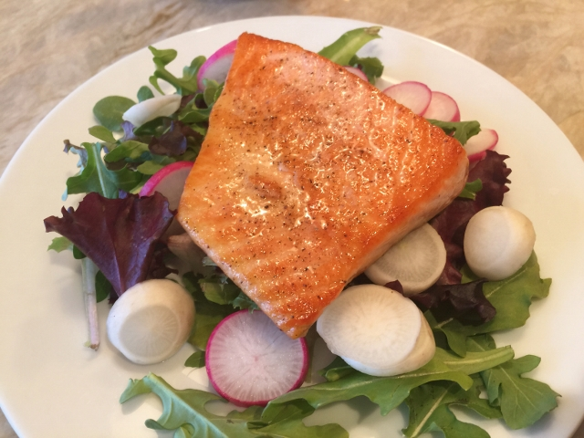 Easy Seared Salmon Salad with Balsamic Vinaigrette 026 (640x480)