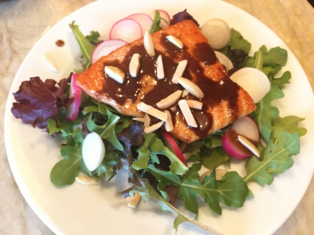 Easy Seared Salmon Salad with Balsamic Vinaigrette 047 (640x480)