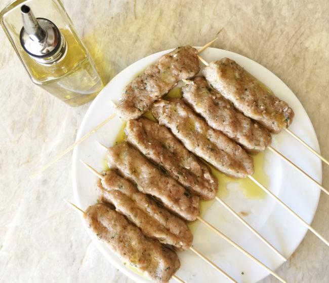 turkey-koftas-kebab-with-tzatziki-sauce-056-650x558