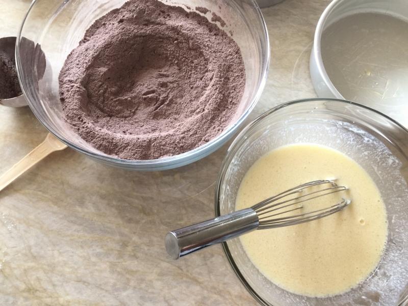 Chocolate Cake with Swiss Vanilla Buttercream – Recipe! Image 3