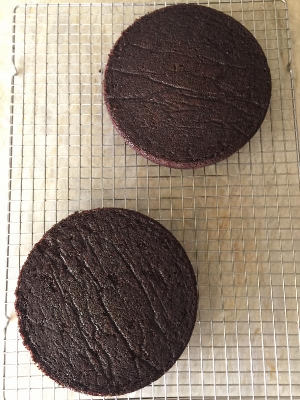 Chocolate Cake with Swiss Vanilla Buttercream – Recipe! Image 4